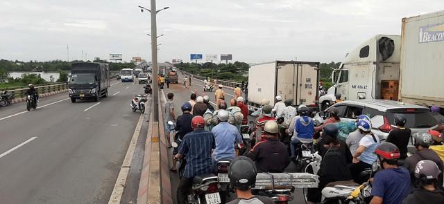 Tai nạn liên hoàn trên cầu Cần Thơ, kẹt xe kéo dài hàng cây số - Ảnh 1.