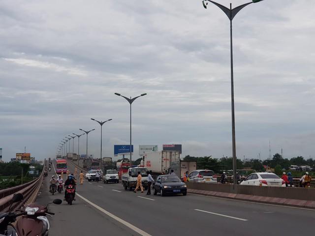 Tai nạn liên hoàn trên cầu Cần Thơ, kẹt xe kéo dài hàng cây số - Ảnh 2.