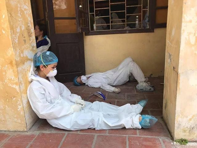 Hình ảnh chân thực đến quặn lòng về các y bác sĩ từ tâm dịch COVID-19: Làm việc suốt 20 giờ không nghỉ, lưng đẫm mồ hôi, bỏng rát vì mặc đồ bảo hộ giữa thời tiết khắc nghiệt  - Ảnh 9.