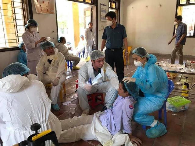 Hình ảnh chân thực đến quặn lòng về các y bác sĩ từ tâm dịch COVID-19: Làm việc suốt 20 giờ không nghỉ, lưng đẫm mồ hôi, bỏng rát vì mặc đồ bảo hộ giữa thời tiết khắc nghiệt  - Ảnh 7.
