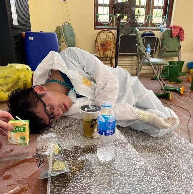 Hình ảnh chân thực đến quặn lòng về các y bác sĩ từ tâm dịch COVID-19: Làm việc suốt 20 giờ không nghỉ, lưng đẫm mồ hôi, bỏng rát vì mặc đồ bảo hộ giữa thời tiết khắc nghiệt  - Ảnh 8.