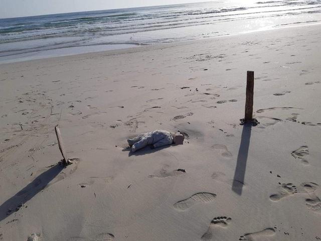 Thi thể em bé di cư nằm trơ trọi giữa bãi biển gây chấn động dư luận, thảm kịch trên hành trình tìm miền đất hứa bao giờ mới chấm dứt? - Ảnh 1.