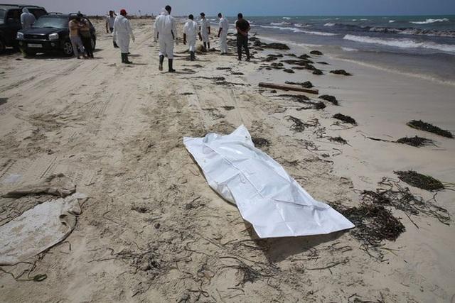 Thi thể em bé di cư nằm trơ trọi giữa bãi biển gây chấn động dư luận, thảm kịch trên hành trình tìm miền đất hứa bao giờ mới chấm dứt? - Ảnh 2.