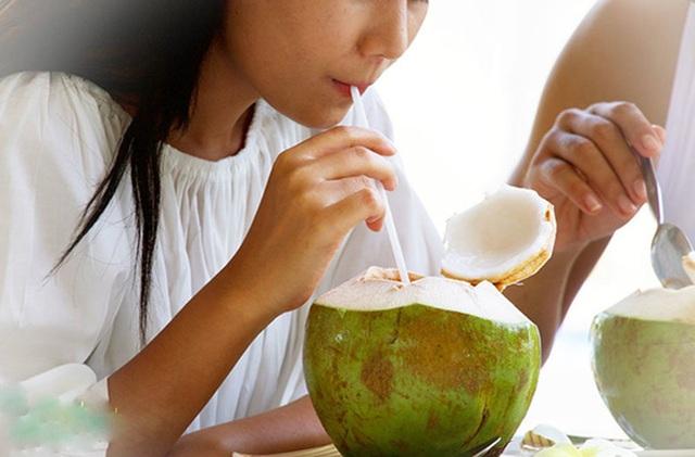 Uống nước dừa mùa hè rất mát nhưng lạm dụng có thể nguy hiểm cho đường ruột, thậm chí gây tử vong - Ảnh 1.