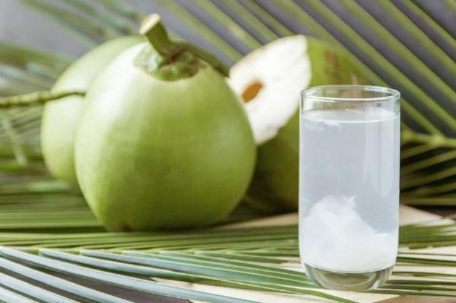 Uống nước dừa mùa hè rất mát nhưng lạm dụng có thể nguy hiểm cho đường ruột, thậm chí gây tử vong - Ảnh 2.