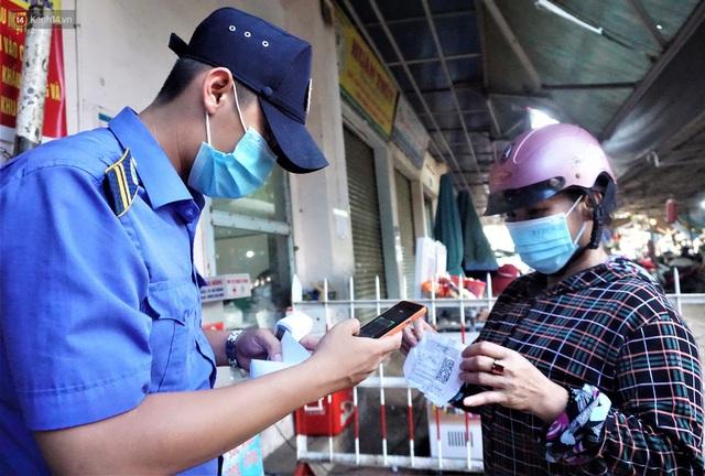 Ảnh: Người Đà Nẵng lần đầu trải nghiệm đi chợ bằng thẻ ứng dụng công nghệ QR Code - Ảnh 12.