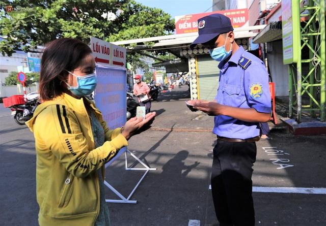 Ảnh: Người Đà Nẵng lần đầu trải nghiệm đi chợ bằng thẻ ứng dụng công nghệ QR Code - Ảnh 3.
