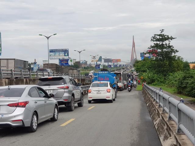 Tai nạn liên hoàn trên cầu Cần Thơ, kẹt xe kéo dài hàng cây số - Ảnh 4.