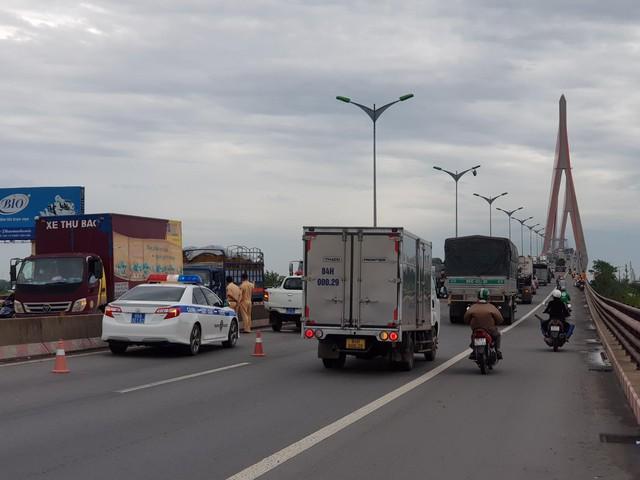 Tai nạn liên hoàn trên cầu Cần Thơ, kẹt xe kéo dài hàng cây số - Ảnh 7.