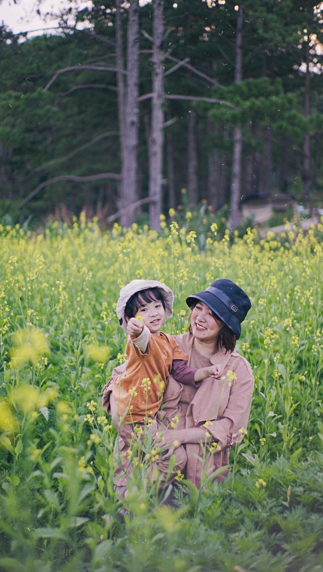 """Ngắm vườn rau xanh mướt giữa Đà Lạt của gia đình """"bỏ phố về rừng"""":  Không khí trong lành, rau sạch tươi tốt, ai cũng thích mê - Ảnh 1."""