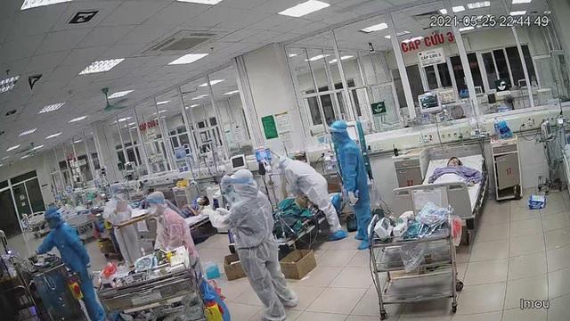 Xúc động hình ảnh các bác sĩ ép tim liên tục để cấp cứu, giành giật sự sống cho bệnh nhân COVID-19 bị ngưng tuần hoàn - Ảnh 2.