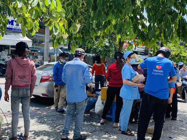 Cận cảnh hàng quán ở TP HCM từ sáng đến trưa 28-5  - Ảnh 16.