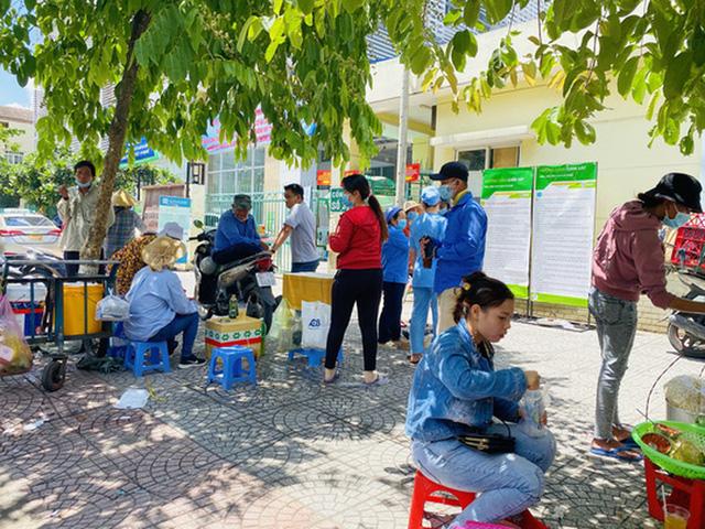 Cận cảnh hàng quán ở TP HCM từ sáng đến trưa 28-5  - Ảnh 17.