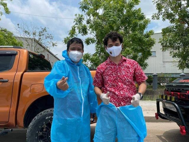 NSƯT Xuân Bắc, NSND Tự Long và MC Thành Trung thay mặt nhóm nghệ sĩ và bạn bè quyên góp 365 triệu VNĐ cho quỹ vắc-xin cộng đồng, 150 triệu VNĐ và quà cho Bắc Ninh, Bắc Giang - Ảnh 1.