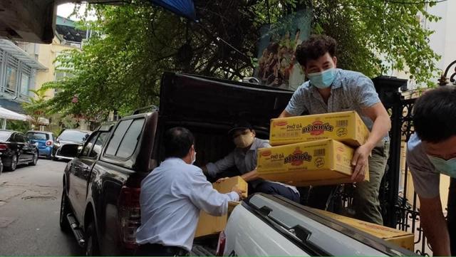 NSƯT Xuân Bắc, NSND Tự Long và MC Thành Trung thay mặt nhóm nghệ sĩ và bạn bè quyên góp 365 triệu VNĐ cho quỹ vắc-xin cộng đồng, 150 triệu VNĐ và quà cho Bắc Ninh, Bắc Giang - Ảnh 5.