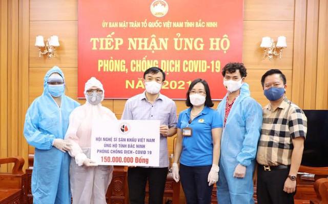 NSƯT Xuân Bắc, NSND Tự Long và MC Thành Trung thay mặt nhóm nghệ sĩ và bạn bè quyên góp 365 triệu VNĐ cho quỹ vắc-xin cộng đồng, 150 triệu VNĐ và quà cho Bắc Ninh, Bắc Giang - Ảnh 3.