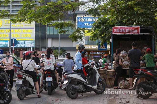 Người Hà Nội đội nắng nóng, nườm nượp chung tay giải cứu vải Bắc Giang hỗ trợ người dân vùng dịch - Ảnh 1.