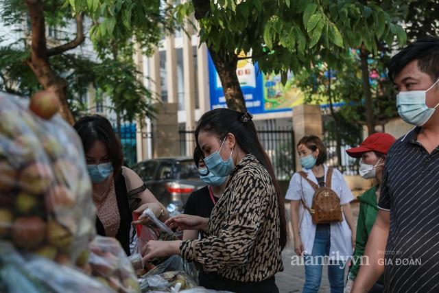 Người Hà Nội đội nắng nóng, nườm nượp chung tay giải cứu vải Bắc Giang hỗ trợ người dân vùng dịch - Ảnh 2.