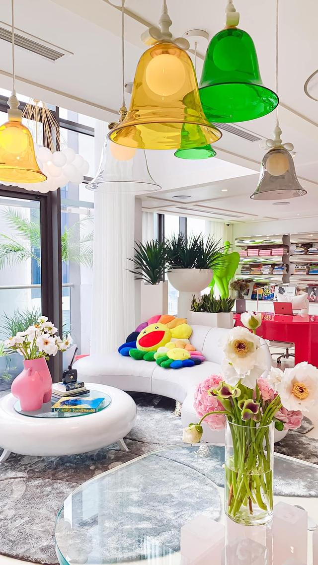 Ấn tượng với không gian căn penthouse duplex của NTK thời trang nổi tiếng: Một ngôi nhà mang năng lượng tích cực, vừa kích thích cảm giác tự do sáng tạo vừa có không gian riêng tư - Ảnh 2.