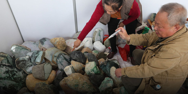 Đổ thạch online: Khi những con bạc Trung Quốc lao vào cuộc chơi cược đá trên livestream - Ảnh 2.