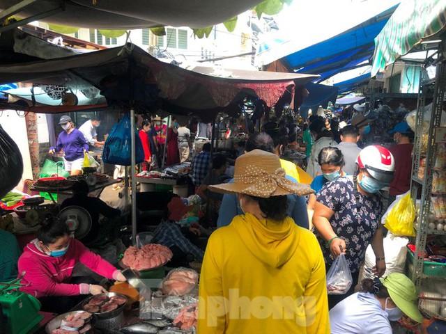 Chợ, siêu thị ở Sài Gòn đông kín người ngày cuối tuần  - Ảnh 1.
