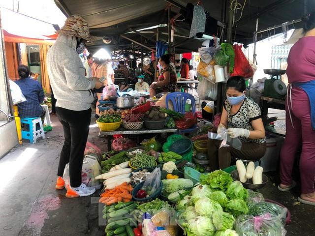 Chợ, siêu thị ở Sài Gòn đông kín người ngày cuối tuần  - Ảnh 2.
