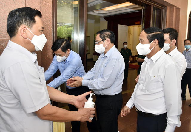 Chùm ảnh: Thủ tướng vào Bắc Giang động viên các lực lượng trên tuyến đầu chống dịch - Ảnh 1.