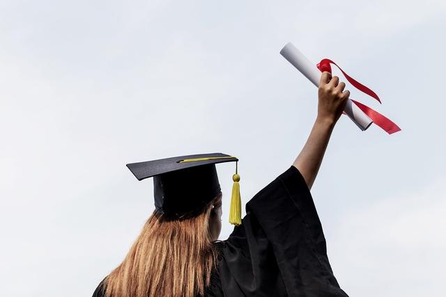 """Ý kiến trái chiều về sinh viên tốt nghiệp đại học hàng đầu ra trường làm giúp việc gia đình: Kẻ ghen tị vì thu nhập khủng, người chê bai """"phí công ăn học"""" - Ảnh 1."""