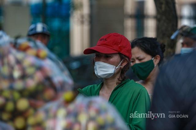 Người Hà Nội đội nắng nóng, nườm nượp chung tay giải cứu vải Bắc Giang hỗ trợ người dân vùng dịch - Ảnh 11.