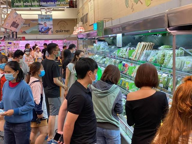 Chợ, siêu thị ở Sài Gòn đông kín người ngày cuối tuần  - Ảnh 12.