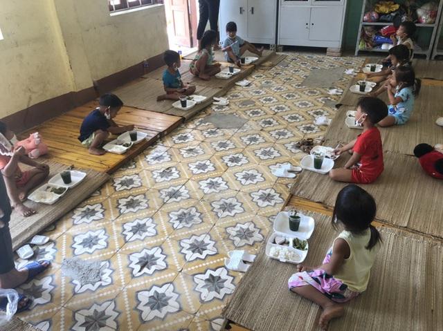 Thương lắm những em bé phải xa bố mẹ đi cách ly tập trung: Tự ăn cơm, chơi một mình và không quấy khóc - Ảnh 13.
