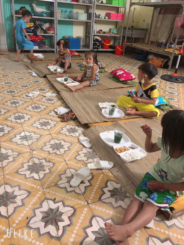 Thương lắm những em bé phải xa bố mẹ đi cách ly tập trung: Tự ăn cơm, chơi một mình và không quấy khóc - Ảnh 14.