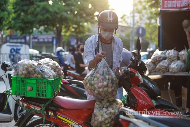 Người Hà Nội đội nắng nóng, nườm nượp chung tay giải cứu vải Bắc Giang hỗ trợ người dân vùng dịch - Ảnh 14.