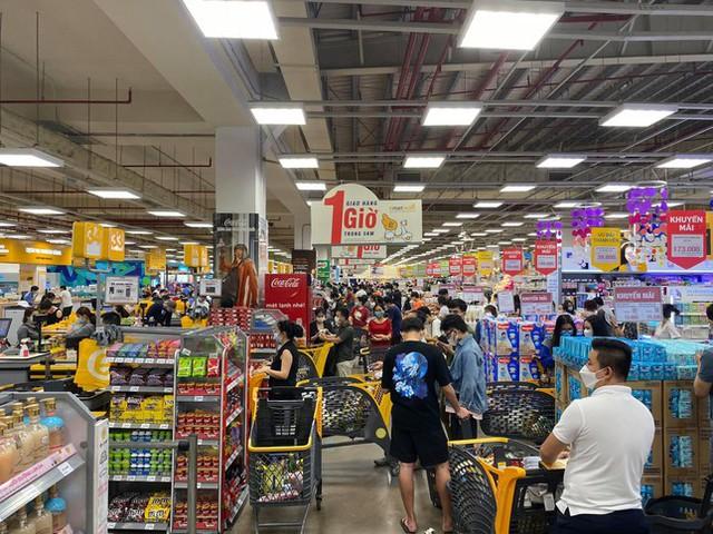 Chợ, siêu thị ở Sài Gòn đông kín người ngày cuối tuần  - Ảnh 15.