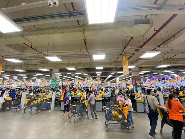Chợ, siêu thị ở Sài Gòn đông kín người ngày cuối tuần  - Ảnh 16.