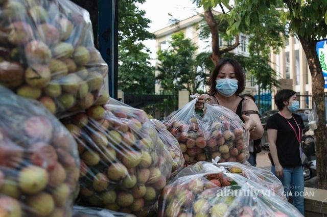 Người Hà Nội đội nắng nóng, nườm nượp chung tay giải cứu vải Bắc Giang hỗ trợ người dân vùng dịch - Ảnh 3.