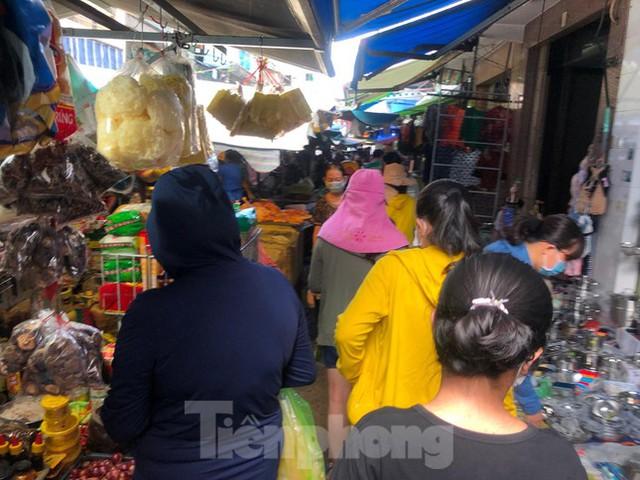 Chợ, siêu thị ở Sài Gòn đông kín người ngày cuối tuần  - Ảnh 3.