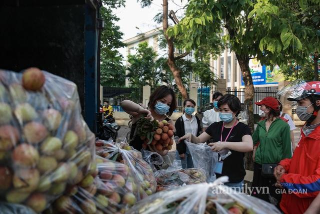 Người Hà Nội đội nắng nóng, nườm nượp chung tay giải cứu vải Bắc Giang hỗ trợ người dân vùng dịch - Ảnh 4.