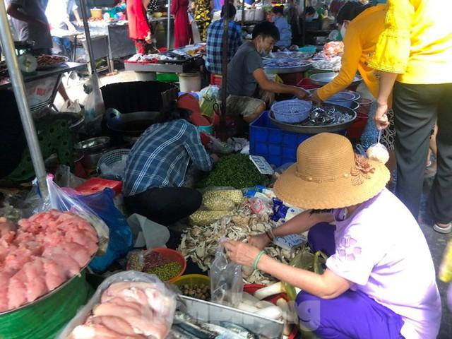 Chợ, siêu thị ở Sài Gòn đông kín người ngày cuối tuần  - Ảnh 4.