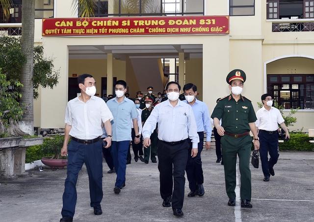 Chùm ảnh: Thủ tướng vào Bắc Giang động viên các lực lượng trên tuyến đầu chống dịch - Ảnh 4.