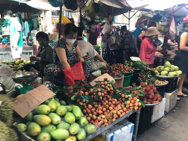 Chợ, siêu thị ở Sài Gòn đông kín người ngày cuối tuần  - Ảnh 5.