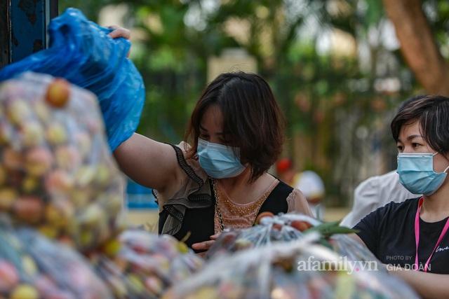 Người Hà Nội đội nắng nóng, nườm nượp chung tay giải cứu vải Bắc Giang hỗ trợ người dân vùng dịch - Ảnh 6.