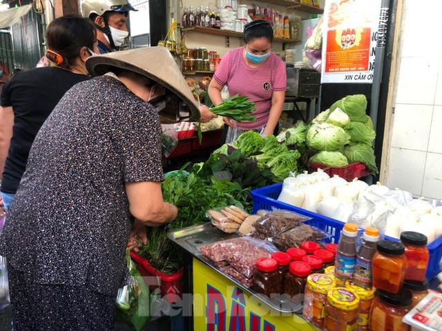 Chợ, siêu thị ở Sài Gòn đông kín người ngày cuối tuần  - Ảnh 6.