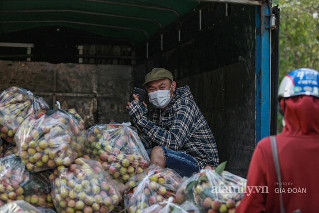 Người Hà Nội đội nắng nóng, nườm nượp chung tay giải cứu vải Bắc Giang hỗ trợ người dân vùng dịch - Ảnh 7.