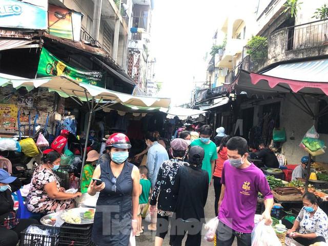 Chợ, siêu thị ở Sài Gòn đông kín người ngày cuối tuần  - Ảnh 7.