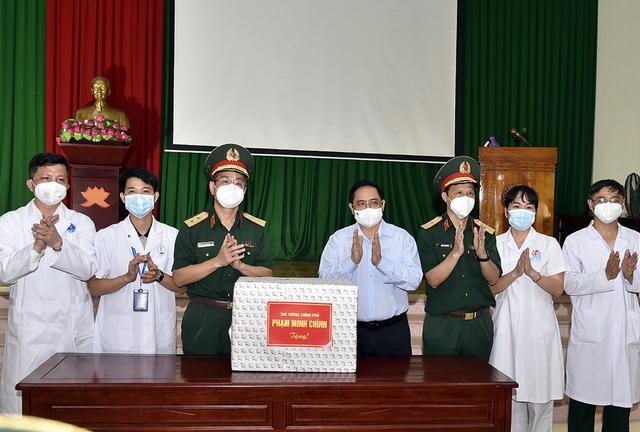 Chùm ảnh: Thủ tướng vào Bắc Giang động viên các lực lượng trên tuyến đầu chống dịch - Ảnh 7.