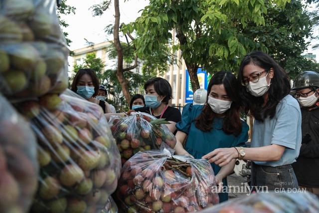 Người Hà Nội đội nắng nóng, nườm nượp chung tay giải cứu vải Bắc Giang hỗ trợ người dân vùng dịch - Ảnh 8.