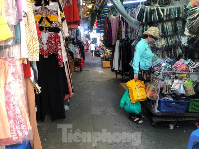 Chợ, siêu thị ở Sài Gòn đông kín người ngày cuối tuần  - Ảnh 8.