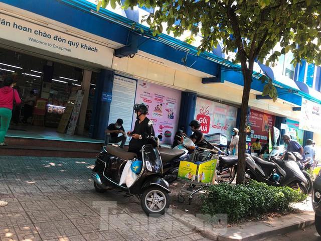 Chợ, siêu thị ở Sài Gòn đông kín người ngày cuối tuần  - Ảnh 10.