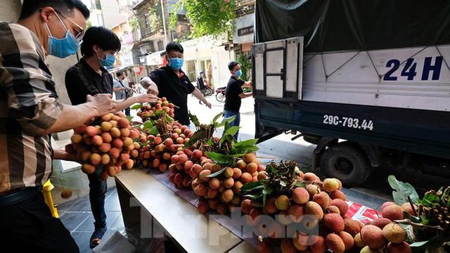 Vải thiều Bắc Giang được bán với giá 20.000 đồng/kg ở Thủ đô - Ảnh 2.